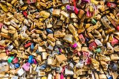 在一座桥梁的恋人挂锁在巴黎 图库摄影