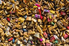 在一座桥梁的恋人挂锁在巴黎 库存照片