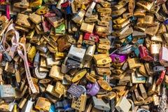 在一座桥梁的恋人挂锁在巴黎 免版税图库摄影