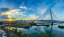 在一座桥梁的日落在岘港,越南 免版税库存照片