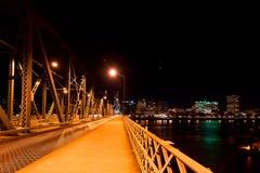 在一座桥梁的晚上在威拉米特河在波特兰 库存照片