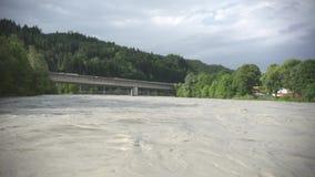 在一座桥梁的水灾在旅馆河在库夫施泰因奥地利 股票视频