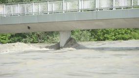 在一座桥梁的水灾在旅馆河在库夫施泰因奥地利 股票录像