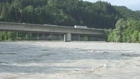 在一座桥梁的水灾在旅馆河在库夫施泰因奥地利 影视素材