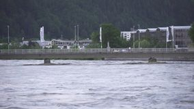 在一座桥梁的水灾在有城市的库夫施泰因旅馆河在背景奥地利中 股票视频