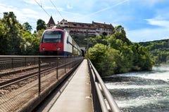 在一座桥梁的火车在河 免版税图库摄影