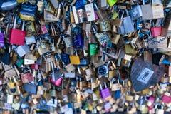 在一座桥梁的爱锁在巴黎 免版税库存图片