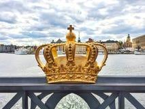 在一座桥梁的瑞典皇家冠在斯德哥尔摩 免版税库存照片