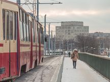 在一座桥梁的电车在冬天 免版税库存图片