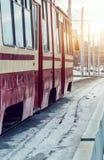 在一座桥梁的电车在冬天 免版税库存照片