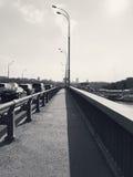 在一座桥梁的空的路在大城市 免版税库存图片