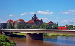在一座桥梁的红色公共汽车在德国 免版税库存照片