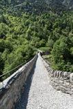 在一座桥梁的老罗马道路在一座山附近在意大利 免版税库存照片
