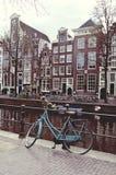 在一座桥梁的自行车在减速火箭的阿姆斯特丹 免版税图库摄影