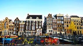 在一座桥梁的自行车在阿姆斯特丹,荷兰运河  免版税库存照片