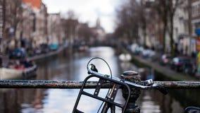 在一座桥梁的葡萄酒自行车在阿姆斯特丹运河  免版税库存图片