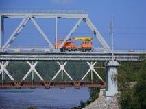 在一座桥梁的铁路车反对清楚的天空 免版税库存图片