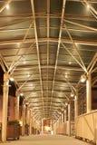 在一座桥梁的铝结构在晚上 免版税库存图片