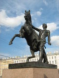 在一座桥梁的骑马雕象在圣彼德堡 免版税库存照片