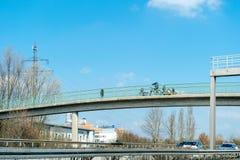 在一座步行桥的人横渡的高速公路德国高速公路 库存图片