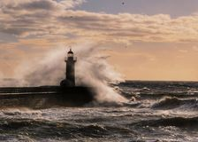 在一座灯塔附近的大风暴在波尔图,葡萄牙 库存图片