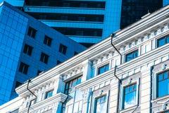 在一座现代办公楼旁边的一个古老大厦 大厦的现代和历史形式的抽象图象 免版税库存照片