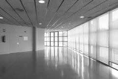 在一座现代办公楼的空的走廊 免版税库存照片