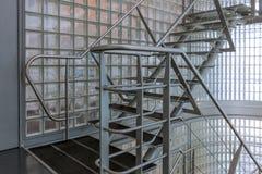 在一座现代办公楼的钢楼梯 图库摄影