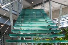 在一座现代办公楼的玻璃楼梯 免版税图库摄影