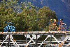 在一座生锈的桥梁的被绘的自行车 奥达村庄 挪威旅游业 免版税库存照片