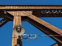 在一座生锈的钢火车桥梁的Lampost 库存图片