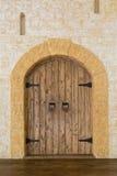 在一座石城堡的木门 免版税库存照片