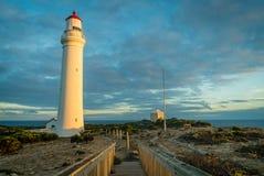 在一座红色和白色灯塔的日落光在海角纳尔逊国家公园 库存图片