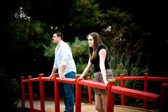在一座红色桥梁的夫妇 免版税图库摄影