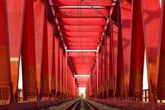 在一座红色金属桥梁的铁路 免版税库存图片