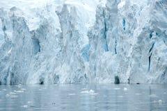 在一座绿松石冰山的洞在南极洲 库存照片