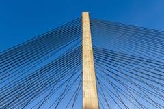 在一座缆绳被停留的桥梁的塔的钢皮带 免版税库存图片