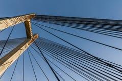 在一座缆绳被停留的桥梁的塔的钢皮带 库存图片