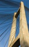 在一座缆绳被停留的桥梁的塔的钢皮带 库存照片