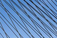 在一座缆绳被停留的桥梁的钢皮带 免版税库存图片