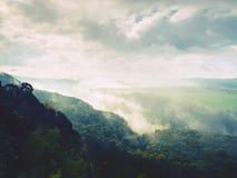 在一座美丽的山的秋天日出在反向内 小山小条大雾峰顶  免版税图库摄影