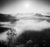 在一座美丽的山的秋天日出在反向内 从有雾的背景增加的小山峰顶 北京,中国黑白照片 免版税图库摄影