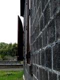 在一座老城堡的被打开的木快门 免版税库存照片