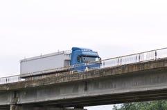 在一座老桥梁的卡车 免版税库存照片