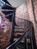 在一座老灯塔里面的螺旋形楼梯 库存图片