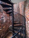 在一座老灯塔里面的螺旋形楼梯 库存照片