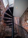在一座老灯塔里面的螺旋形楼梯 免版税库存照片