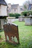 在一座老英国公墓的一块唯一墓碑 免版税库存照片