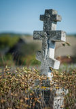 在一座老被放弃的公墓的十字架 免版税库存图片