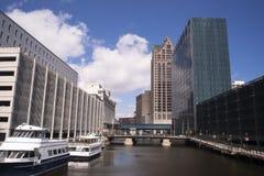 在一座街市街道天桥下的内在运河在密尔沃基WI 免版税图库摄影